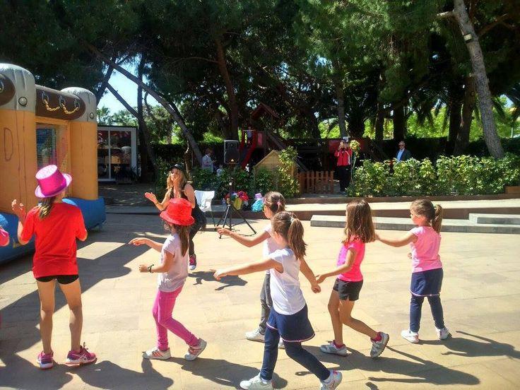 Susanita Pinceles animando a los niños en el Torneo Solidario Mama Natura en beneficio de la Fundación Theodora – soy mama natura
