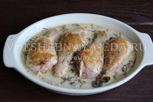 Куриные ножки – достаточно обыденный мясной продукт. Более интересным и достойным праздничного стола это блюдо сделает горчично-сливочный соус.