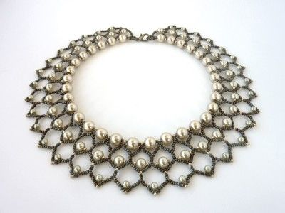 FREE beading pattern for Pearl Petals necklace, woven entirely out of 11/0 seed beads and different size pearls (4mm, 6mm, and 8mm).