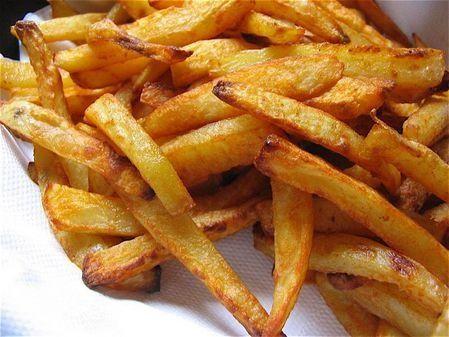 Mon fils me demande des frites depuis un moment, alors j'en ai fait !!! C'est un classique weight watchers ! pour 4 pers 5pp/pers (pour celles et ceux qui font weight watchers) -800g de pomme de terre -1 c à S d'huile -1pincee de paprika (facultatif)...