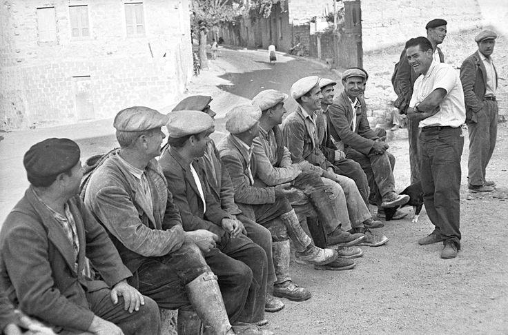 Orani - Costantino Nivola chiacchiera con i minatori