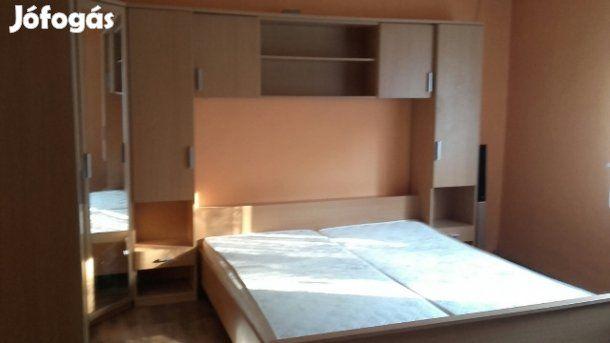 Eladó Komplett hálószoba bútor: Komplett hálószoba bútor eladó megkímélt állapotban.Szétszerelésben igen, szállításban sajnos nem tudok segíteni. Az ágyhoz két darab 90x200-as ágyrács tartozik. A szekrénysor mérete 355x190x210 cm