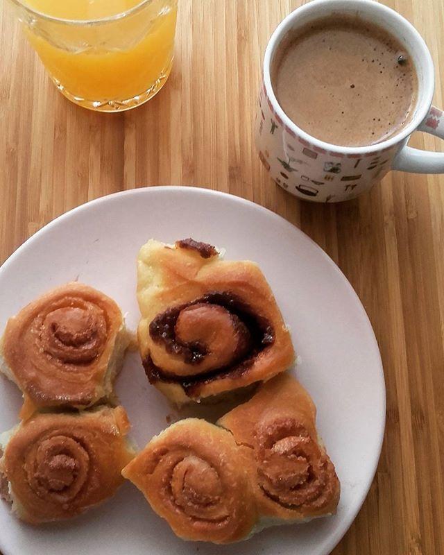 Οι Δευτέρες είναι ωραίες μόνο όταν είναι αργία 😉😉 Κι ένα ωραίο πρωινό επιβάλλεται ☕Ρολάκια με ελαιόλαδο γεμιστά με πραλινα 👌👌Εγιναν και μερικά με κανελο-ζαχαρη & πορτοκαλι-ζαχαρη έτσι για ποικιλία 😉😉👍👍 [συνταγή για τα ρολά στο blog].Monday is a good day only if it is a day off. Breakfast with olive oil rolls with praline,  cinnamon & orange zest!!!#breakfast #mondaybreakfast #dayoff #coffeetime #coffee #pralinarolls #rolls #oliveoilrolls #delicious #homemade #enjoylittlethings…