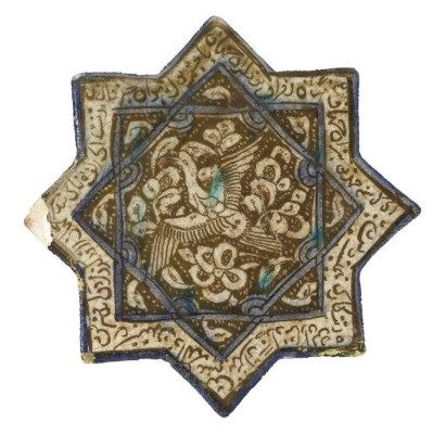 CARREAU DE REVETEMENT EN ETOILE A HUIT BRANCHES  IRAN, KACHAN, XIVEME SIECLE  En céramique à décor lustré et rehauts de bleu de cobalt sur un fond blanc, orné d'un phoenix en vol, inscriptions en cursif dans une frise en bordure, accident sur l'une des pointes, un petit manque Diamètre: 20,5 cm. (8 in.)