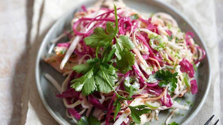 Een mooi voorbeeld van trends is dezeklassieke koolsalade. We waren hem even vergeten maar is nu weer helemaal terug. Door de saladete combineren met oosterse ingredienten zoals tauge, limoen en koriander kan hij weer jaren mee.