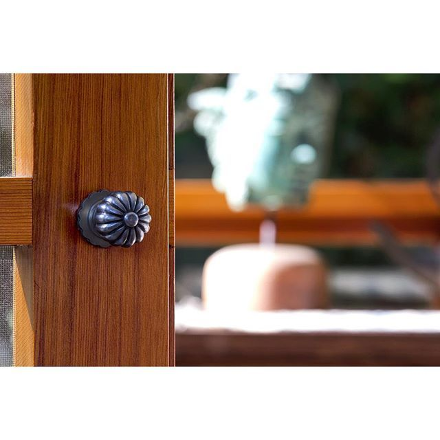 Loving this image of one of our fluted iron knobs on this timber screen door 🙌🏻 | Download our cabinet fittings brochure at www.tradco.com.au | Call 08 8362 1134 or email sales@tradco.com.au for wholesale and stockist enquiries | #tradcohardware #architecturalhardwaredesigns #architecturalhardware #doorknob #doorhandles #fluted #iron #tradco #renovation #restoration #traditional #homeideas #rusticdecor #cabinet #cabinetware #cabinetfittings #homeideas #sharemystyle #myhome #mytradhome…