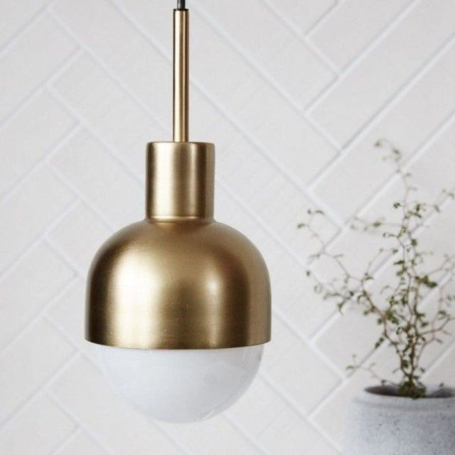 Suspension laiton House Doctor Glow  Aluminium, acier, finition couleur laiton. D 13.5 x H 14 cm Fonctionne avec une ampoule E27 (non fournie) max 40 watt Câble L 3 mètres.
