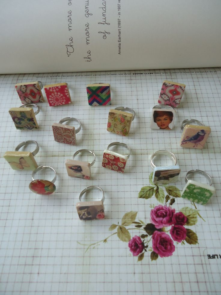 *made by Annelies*heel makkelijk zelf te maken. we hebben nodig: ringetjes, scrabble blokjes, een prentje en modge pod gloss. done!