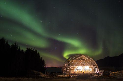 Naturhus og en selvforsynende hage på Sandhornøya i Nordland. Prosjektet er sterkt inspirert av arkitekt Bengt Warne, den russiske Bokserien The Ringing Cedars series og vår inderlige kjærlighet og dype respekt for Moder Jord.