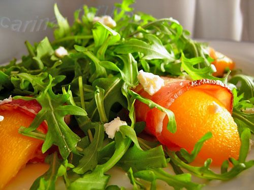 Grilled peach, bacon and arugula salad