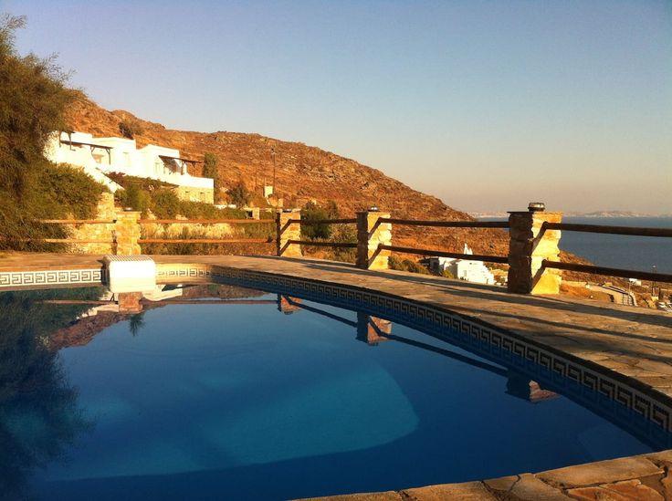 Apartment in Tinos, Greece. Nous sommes situés à Agios Ioannis au village de Porto  sur l'île de Tinos.  La vue de la terrasse est spectaculaire sur la Mer Égée et les îles environnantes, .... On a une piscine aussi avec la vue panoramique sur la mer et les 3 plages du villa...