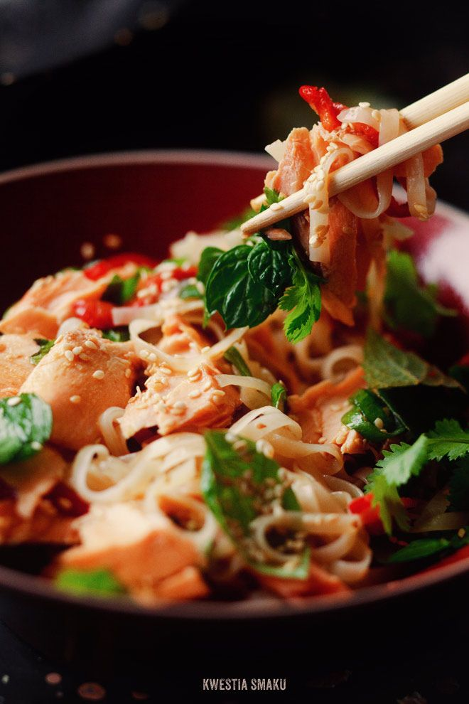 Rice noodles with roasted salmon