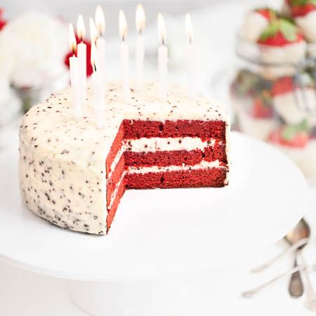 Red Velvet -kakku on nimensä mukaisesti kuin punaista samettia. Kuorruta kakku punavalkeiden karkkien kuningattarella, Marianne Crush -murskalla maustetulla pehmeällä tuorejuustokuorrutteella.
