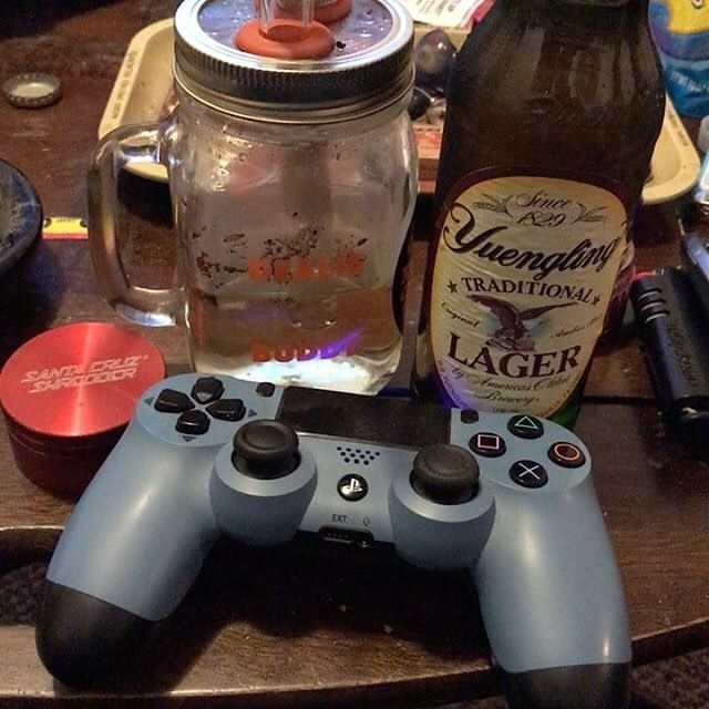 It's very cool for us to see the team work #dealiebuddy into your rituals.  We just saw one customer bust the buddy out with Harry Potter while this customer enjoys their #PlayStation and #beer with their #dealie!  Looks like a great time man. ______________ #DoDealie ________  #gamer #yingling #localbrew #chillin #bff #dealieatingthenation #dabs #wedontsmokethesame #simpleyeteffective #710society #errl #waterpipe #710 #420