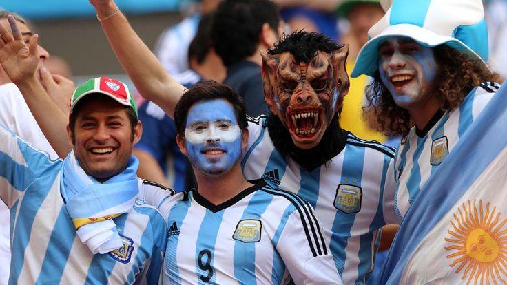 VAMOS. Hinchas Argentinos en la previa del partido con Belgica. (Carlos Sarraf)