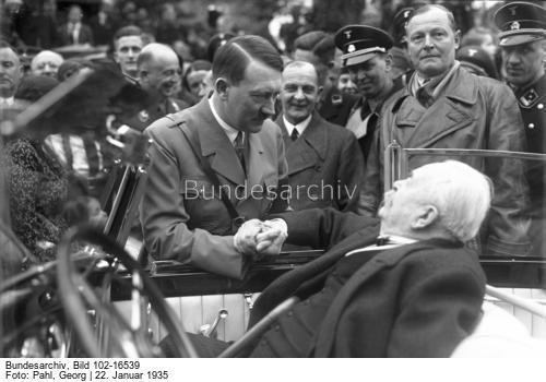 """Der Führer Adolf Hitler gratuliert dem PG. General Karl Litzmann der """"Löwe von Brzeziny"""" persönlich am Tage seines 85. Geburtstages in seinem Heim in Berlin-Nikolas See! Der Führer in herzlichem Gespräch mit dem 85 jährigen Jubilar Karl Litzmann im Auto, welches er vom Führer zum Geschenk erhalten hat."""