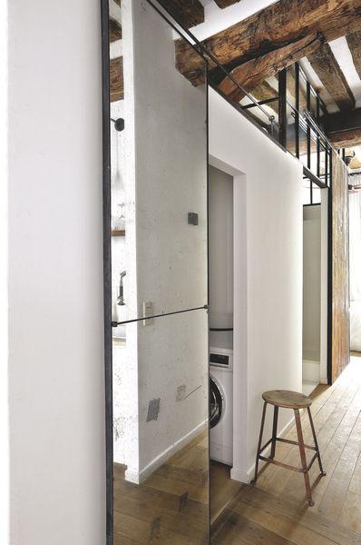 Une porte coulissante habillée d'un vieux miroir pour cacher la salle de bains. Plus de photos sur Côté Maison http://petitlien.fr/820z