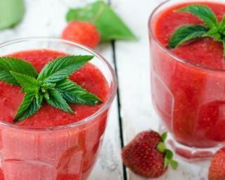 Smoothie léger fraises-menthe : http://www.fourchette-et-bikini.fr/recettes/recettes-minceur/smoothie-leger-fraises-menthe.html