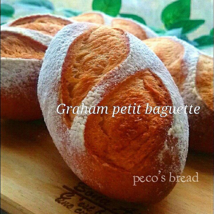 """久しぶりにシンプルな『グラハム粉(全粒粉)』でコロコロっとした可愛いプチバターバケットを焼きました❤バター配合の生地なので、とっても柔らかなパンです❤ 材料もシンプルなもので、パンの旨味を味わいましょ  クッペ型に成形して、2本クープをいれました❤  めりっとしたエッジも立って、かっけ~✨✨✨❤❤❤(→笑)  焼きたてをパクっと。  ……たまらーーーーーーーーん❤ バターの香りと、全粒粉の香ばしい風味が絶品❤❤❤   こんな""""シンポー""""(→シンプルです。。。)なパン、サンドイッチでもよし。そのままテーブルパンとしてもよし。 そのままパクっと食べるもよし❗❗❗  扱いやすい生地で、とっても食べやすく、どなたでも好きなバターパンだと思います❤   ぜひぜひ、パクっと食べちゃってくださいね❤   次にX'masやおもてなし、おやつにぴったりな『簡単❗絶品❤まるごとりんごタルト』をご紹介します❤   続く…❤"""