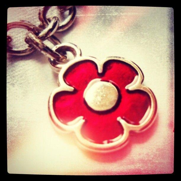 Collar Flor Roja https://www.facebook.com/AccesoriosUv