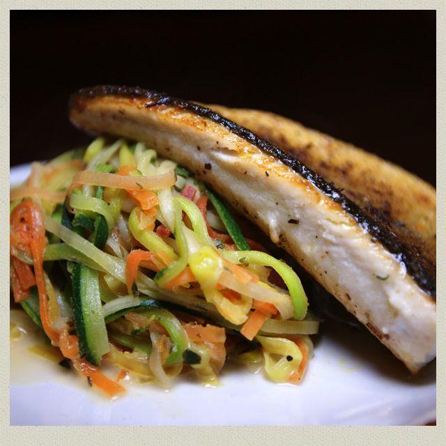 Forellenfilet mit Gemüsespaghetti - 398 kcal  #recipeontheblock #realfood #yummy #food #foodista #foodie #foodsnob #essen #follow #kidsfood #loveeating #eating #letseat #recipieoftheday #lowcarb