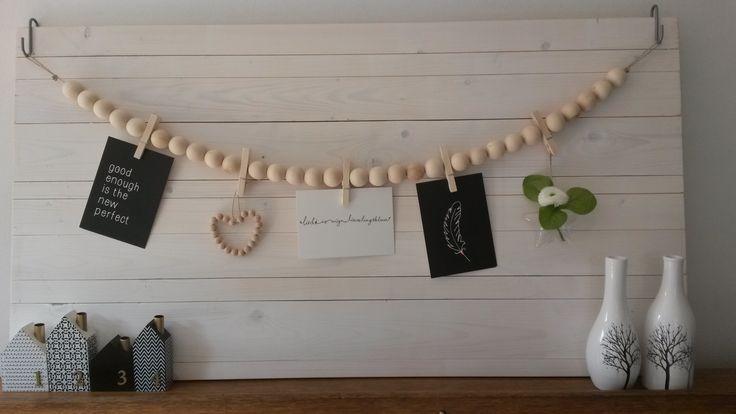 Wandbord met ketting van houten kralen en knijpers waaraan je leuke woonaccessoires kunt hangen.  http://www.mmkado.nl