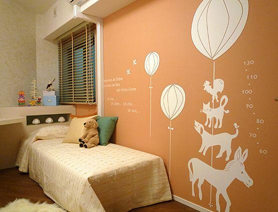 K149バルーンに乗って壁にはバルーンと共に描かれた動物と身長計。背比べが動物とできる楽しいアクセントウォール オレンジカラーで元気いっぱいのKidsにぴったり!