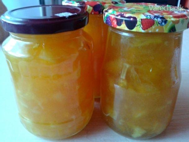 Kúpila som si pomaranče a boli akési suché, koža sa len ťažko dala konzumovať. Nakrájala som ich a urobila z nich džem. Pridala som aj hrušky, ktoré mi v košíku prezreli.