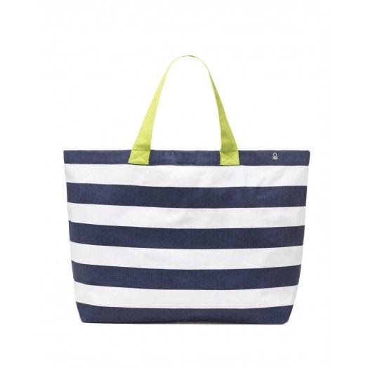 Τσάντα θαλάσσης από τυπωμένο καμβά και χερούλια που κάνουν αντίθεση.