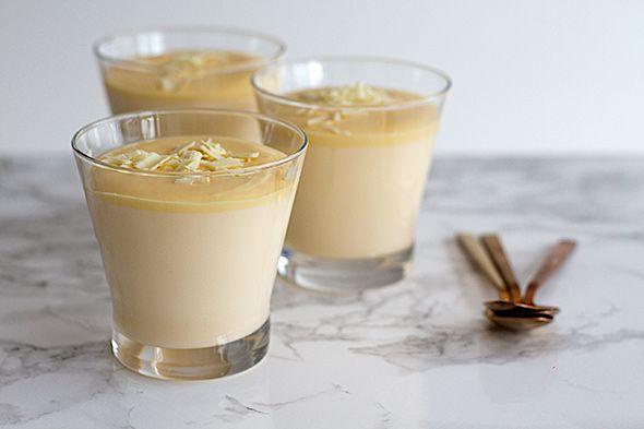 """Witte chocoladebavarois, een dessert waar je altijd mee scoort! MMMMMmmmm alsof """"er een engeltje op je tong piest""""!"""