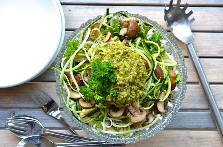 Sinds ik een spiraalsnijder in New York heb gekocht, zien al mijn salades eruit om door een ringetje te halen. Ha. En ook vervang ik deegpasta vaak door lange groenteslieren. Dit noedelgerecht is vega, luchtig, maar je zit na de lunch wel lekker vol. Lekker met pesto!