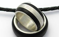 Eheringe Titan-Carbon-Ebony, woman's ring and man's ring on necklace