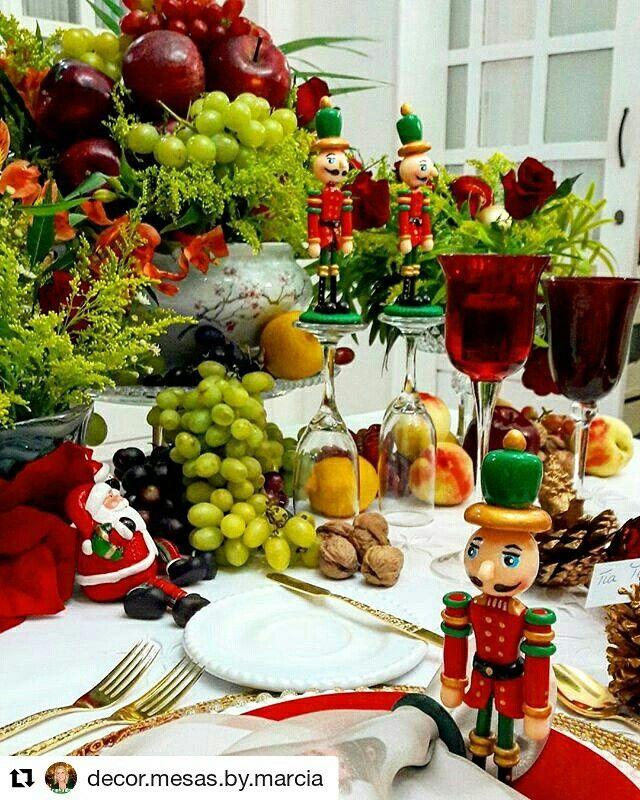 Mesa de Natal Clássica com foco no tradicional quebra nozes.