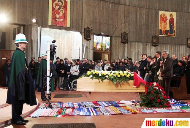 Jenazah Morosini disemayamkan. Karangan bunga, kostum dan syal mengiringi pemakaman Morosini.