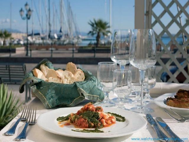 L'Hotel ha al suo interno un bellissimo ristorante che prepara i piatti tipici della cultura sarda e carlofortina che possono essere gustati nella sala interna, nel dehors con vista mare o nello splendido giardino.
