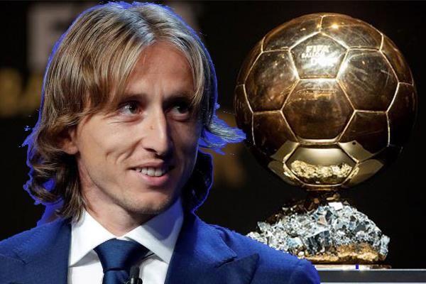 مودريتش يوقف كرستيانو و ميسي من الاستحواذ على الكرة الذهبية Soccer Ball Soccer Sports