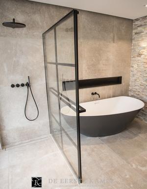 Bekijk de foto van Anton met als titel (De Eerste Kamer) Stoer, strak en stijlvol! De gave douchewand in deze badkamer. en andere inspirerende plaatjes op Welke.nl.