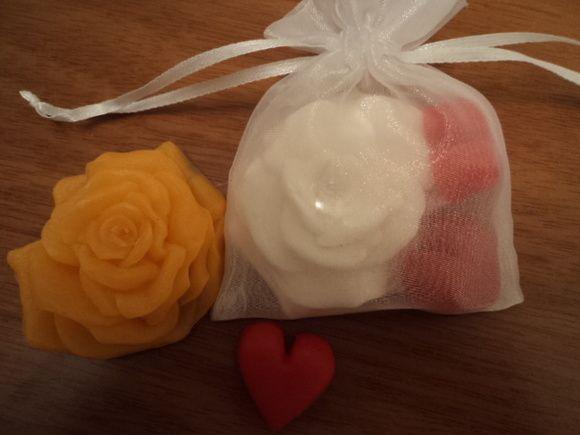 Lindos sabonetes 1 rosas e2 corações embalados em saquinho de organza. Acompanha tag se necessário. Ideal para presentear convidados em casamentos, aniversário, chá de cozinha, etc.  Pedido mínimo 20 unidades.  Cor: a escolha do cliente.  Sugestão de aroma: Pêssego, pitanga, erva-doce, lavanda R$ 5,20