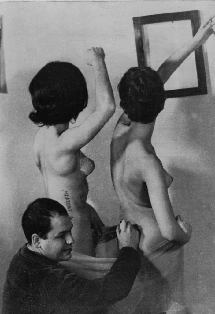 MANZONI Piero (1933-1963), Sculpture vivante,1961, photographie de l'action #appropriation par l'artiste, #transformation en oeuvre d'art des mains de l'artiste, l'artiste magicien ? spectateur devient oeuvre d'art.