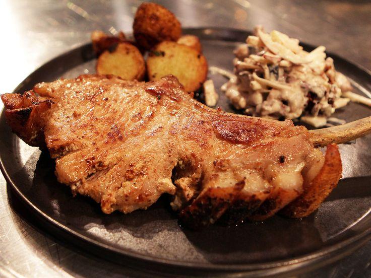 Fläskkotletter med stekt potatis och waldorfsallad | Recept från Köket.se