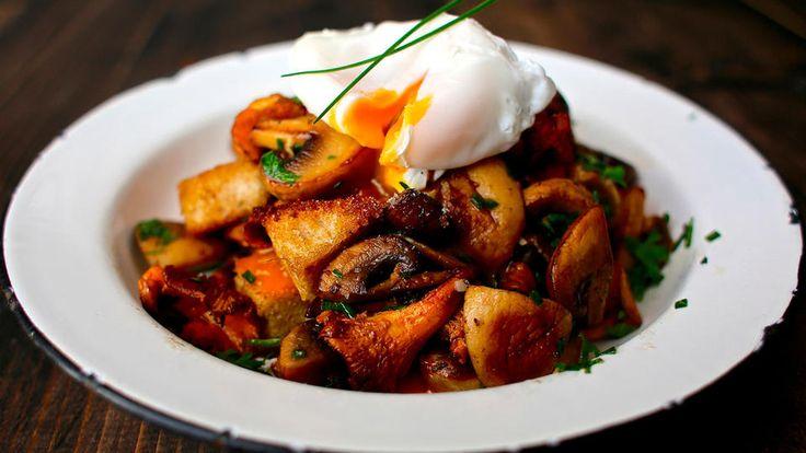 En deilig lunsj eller brunch-rett med smak av skog og høst.  Redd for å posjere egg? Da kan du servere med en bløtkokt variant. Det viktigste er at du har en solgul, myk eggeplomme som passer perfekt sammen med den ristede soppen og de sprø krutongene.    Tips:Posjert egg virker kanskje vanskelig, men når du først får dreisen på det blir du hekta! Er det første gang du posjerer egg, er det lettest å lykkes hvis du koker ett og ett egg av gangen.