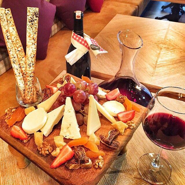 Peynir Tabağı & Kırmızı Şarap / The Hunger Cafe & Brasserie / Bulvar 216 Ataşehir, Gayrettepe İstanbul, Diyarbakır   TEL: 0 216 688 80 00