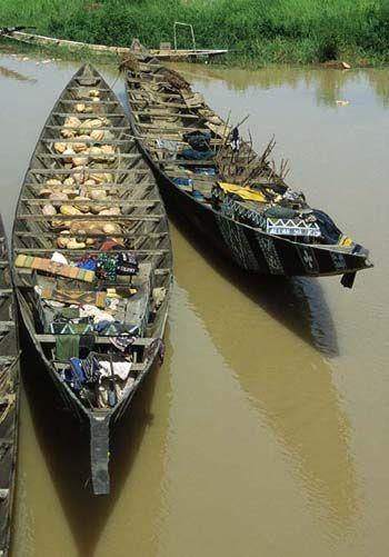Boote auf dem Niger-Fluß in Niamey (Niger)