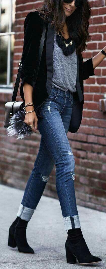 Denim ripped jeans met grijze top en zwarte blazer