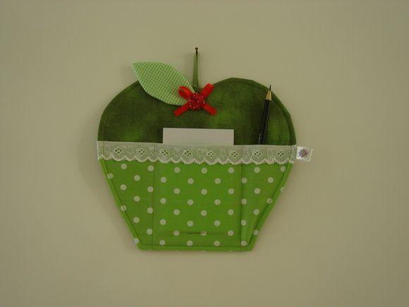Porta recado em tecido estruturado com manta específica para patchwork no formato de maçã. Com um bolsinho para colocar o bloquinho e dois bolsinhos para lápis e caneta.    ** Bloquinho e 1 lápis acompanham o produto  ** Medida aproximada: 23cm largura X 23cm altura R$ 20,00