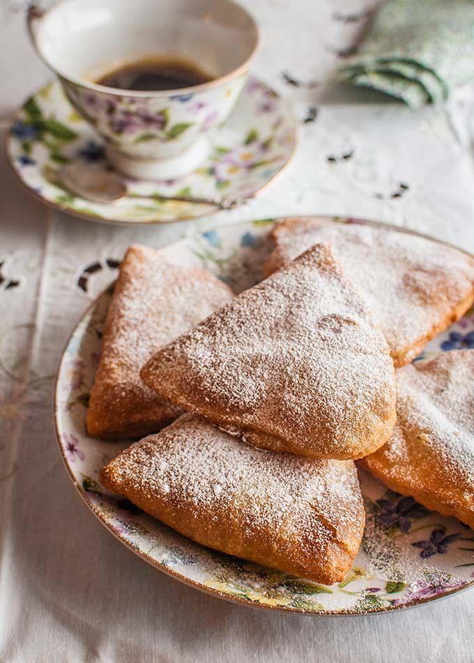 BARTOLILLOS. Los bartolillos son unos dulces típicos de la repostería madrileña que se suelen elaborar en Semana Santa. Se trata de una especie de empanadillas de forma triangular y frita, que se elabora con una masa muy fina, y rellena de crema pastelera. Los bartolillos se categorizan dentro de la repostería, al igual que los churros, como frutas de sartén debido a que son dulces que se elaboran en fritura de aceite. Se suelen servir preferentemente calientes.