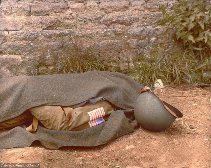 사망한 미국의 낙하산 부대원을 담요로 덮은 모습