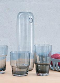 Same Same But Different er en familie af tre. Hvert glas ligner den anden, og indeholder den samme mængde - men alligevel, har de deres egne personligheder.   Det er mundblæst glas i farven blå-grå Kan indeholde 300 ml  NB. FÅES I EN PAKKE AF 3