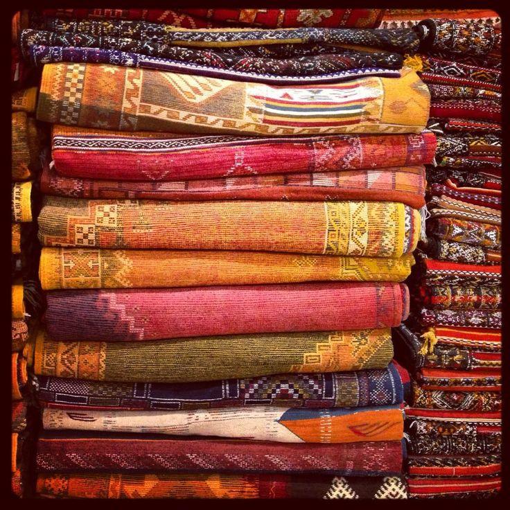 Marruecos, en la cueva del Ali Babá marroquí..    ..A las alfombras las tiñen con pigmentos naturales:  Rojo: henna y amapola  Azul :indigo  ... Amarillo: azafrán  Negro: antimonio  Marron: huesos de datiles  Naranja: azafran y amapola
