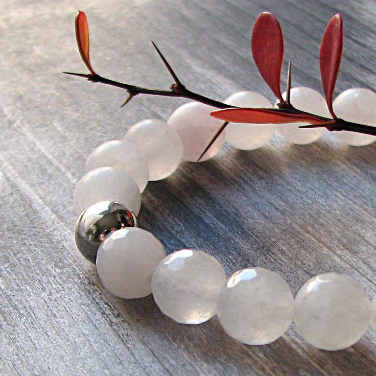 Náramek+růženín,+stříbro+Náramek+je+vyroben+z+korálkůpřírodního+růženínu+vmatné+a+fasetované+úpravě.+Kuličky+oprůměru+8mm,+mezi+nimi+1+korálek+zestříbra+a+4+korálky+ze+stříbrného+hematitu.+Navlečeno+napevném+nylonovém+lanku+smagnetickým+zapínáním++přívěšek+smým+logem.+Korálek+je+vyroben+ze+stříbra+o+ryzosti+Ag925,+rhodiováno.+Na...